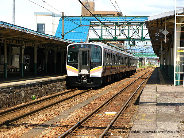 東三条駅を出発するE129系電車