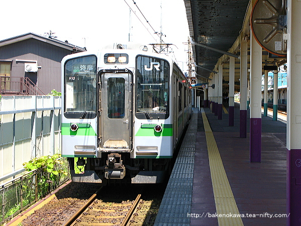 東三条駅で待機中の弥彦線用E127系電車