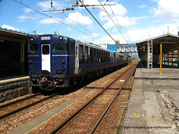 東三条駅に停車中の快速「柳都Shu*Kura」
