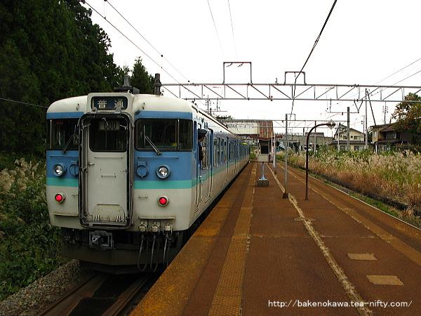 関山駅を出発する115系電車