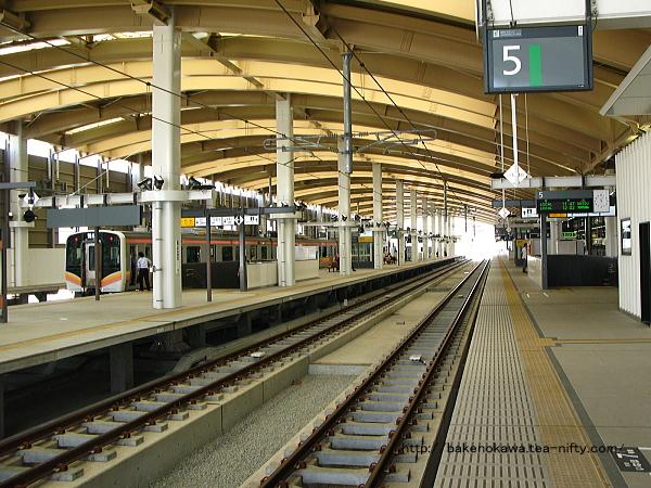 新潟駅在来線高架5番ホームから見た構内その1