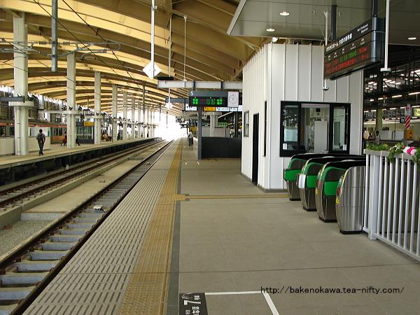 5番ホーム上の上越新幹線乗り継ぎ改札付近の様子