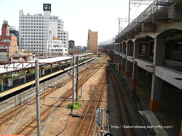 東側自由通路上から見た旧構内の白新線・信越線方