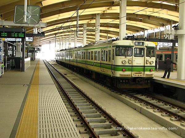 高架4番線に停車中の115系電車