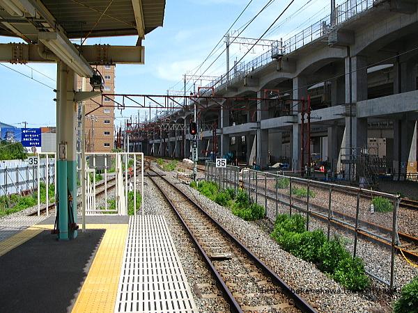 8-9番ホーム端から白新線・信越線方を見る