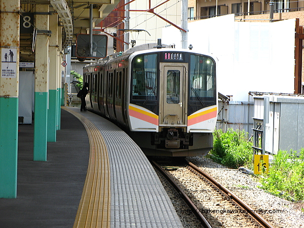 9番線に停車中のE129系電車