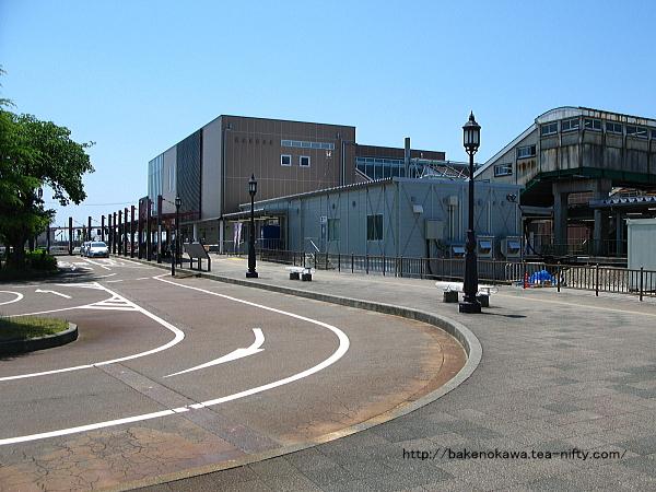 ほぼ完成した中条駅の新たな橋上駅舎とその手前の仮駅舎