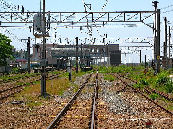 踏切から見た駅舎改築工事の概成した中条駅構内