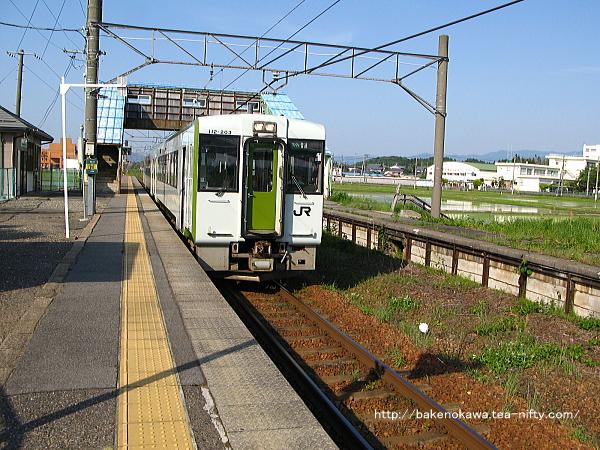 中浦駅を出発するキハ110系気動車