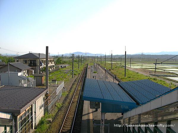 跨線橋上から見た構内の新発田方