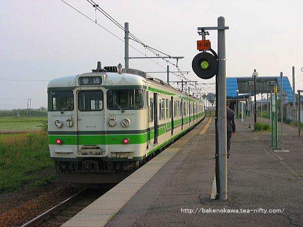 2番線に停車中の115系電車