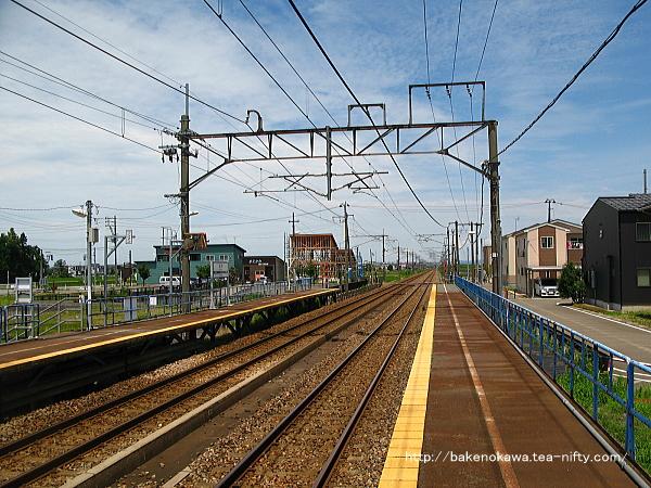 1番ホームの駅舎前から長岡方を望む