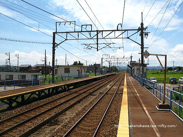 2番ホームの長岡方から見た駅構内