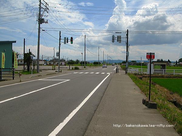 駅前を通る県道と「前川駅前」バス停