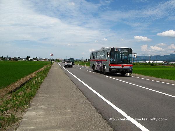 「前川駅前」バス停に近づく「小千谷車庫」行路線バス