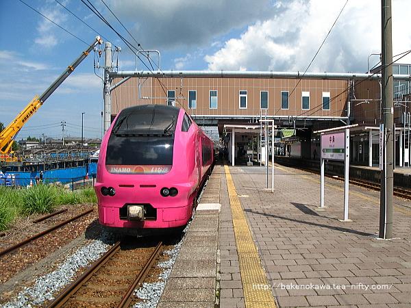 新装なった中条駅に停車中のE653系電車特急「いなほ」酒田行