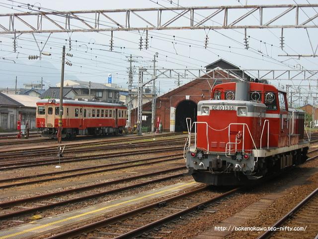 構内に留置中のDE10形ディーゼル機関車