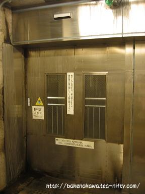 ホームの出入り口のドア