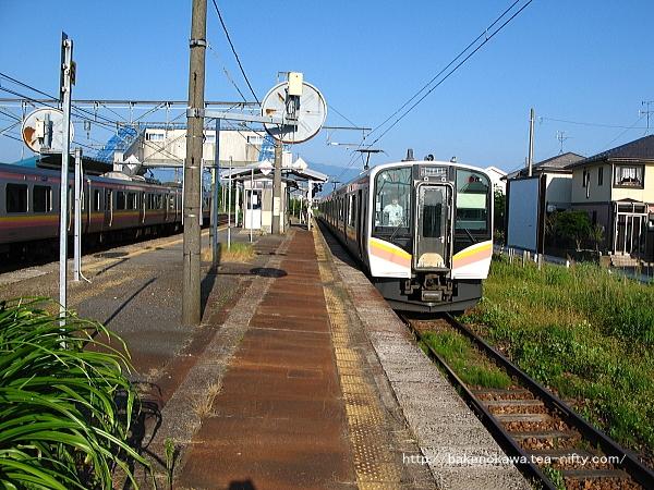 佐々木駅で列車交換する上下のE129系電車その2
