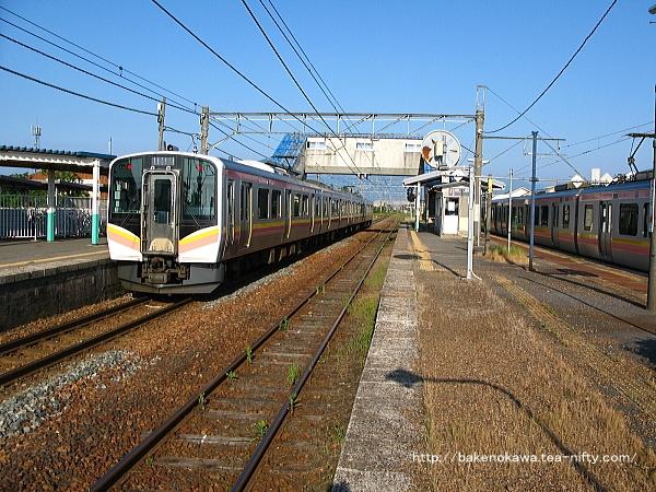 佐々木駅で列車交換する上下のE129系電車その1