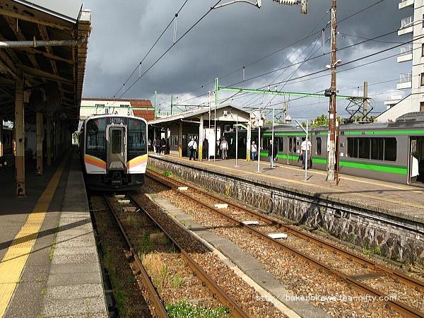 吉田駅構内の越後線E129系電車と弥彦線E127系電車