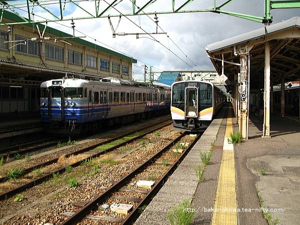 吉田駅構内の越後線115系電車柏崎行と越後線E129系電車新潟行