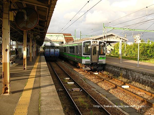 吉田駅構内の115系電車東三条行とE127系電車弥彦行