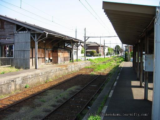 ホームから見た廃駅舎