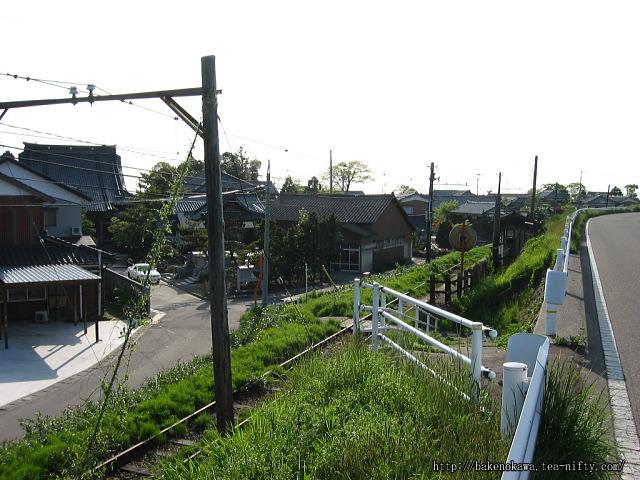 堤防道路上の駅への出入り口