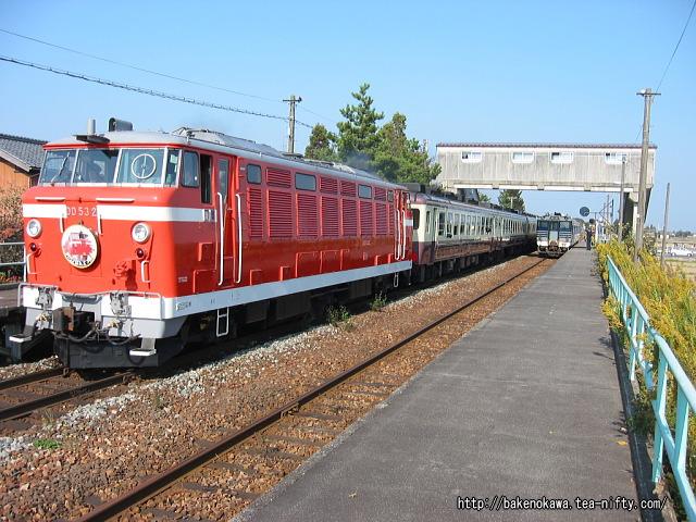 新関駅を通過するDD53形ディーゼル機関車牽引の「DD53ばんえつ物語号」