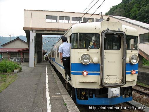 梶屋敷駅に停車中の475系電車その1