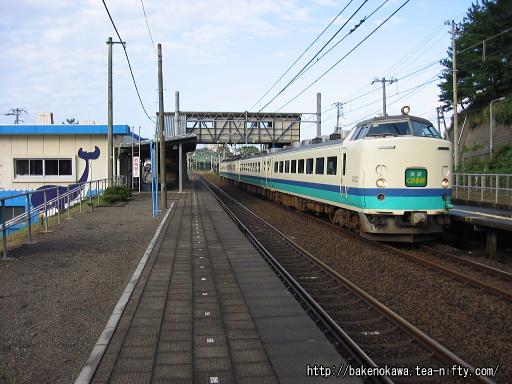 鯨波駅を通過する485系電車快速「くびき野」その2