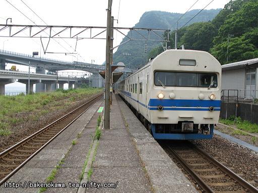 親不知駅を出発する419系電車
