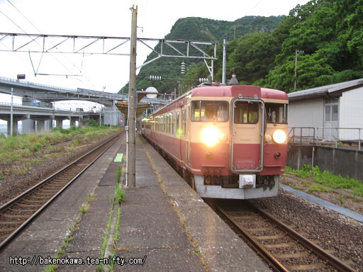 親不知駅を出発する475系電車
