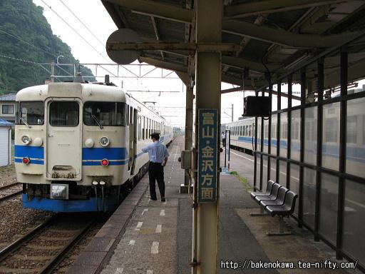 市振駅で行き違う上下の475系電車