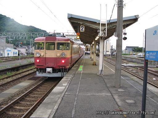 青海駅を出発する475系電車
