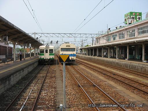 糸魚川駅構内のキハ52と419系電車