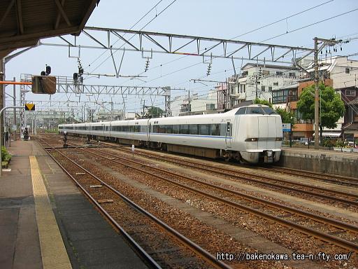 糸魚川駅に進入する特急「はくたか」
