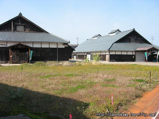 駅前の古びた農業倉庫