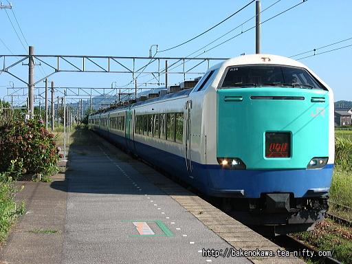 岩船町駅を通過する485系電車R編成の特急「いなほ」その1