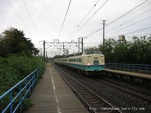 土底浜駅を通過する485系電車特急「北越」