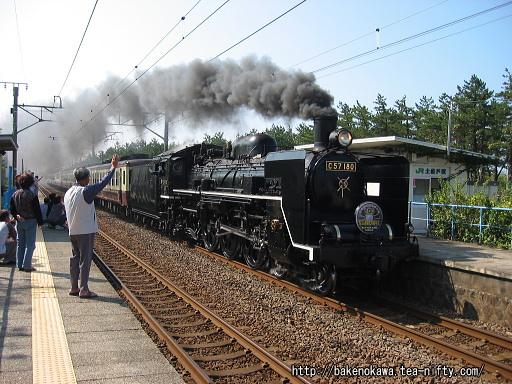 土底浜駅を通過するC57形蒸気機関車牽引のイベント列車