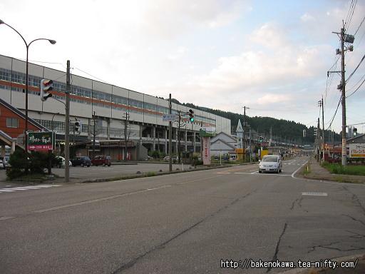 浦佐駅前の国道17号線