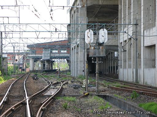 踏切から見た浦佐駅構内