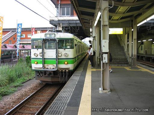 浦佐駅に停車中の115系電車