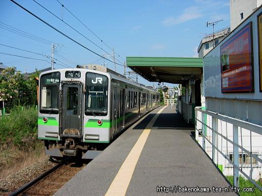 青山駅を出発するE129系電車