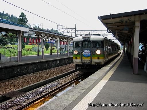 小千谷駅を出発する165系電車の「快速こころ」その2