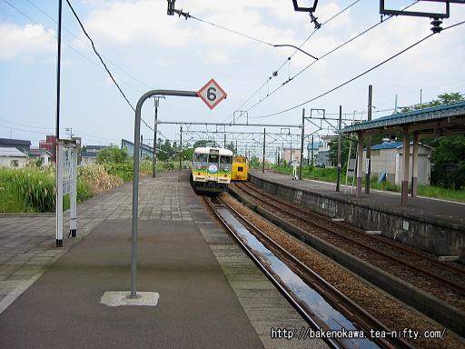 小千谷駅を出発する165系電車の「快速こころ」その3
