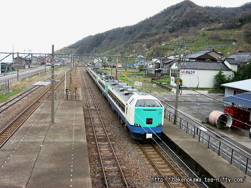 谷浜駅を通過する485系電車特急「北越」その1