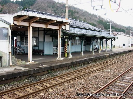 島式ホームから見た駅舎